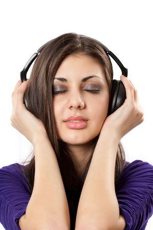 actief luisteren: Portret van een brunette met koptelefoon op wit wordt geïsoleerd