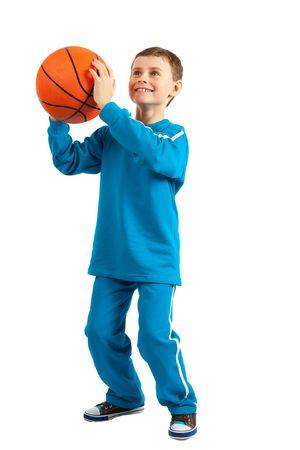 ropa deportiva: Adorable ni�o con baloncesto aislado sobre fondo blanco