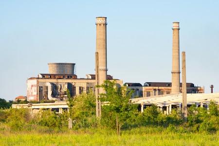paesaggio industriale: Paesaggio con strutture industriali abbandonate, sotto un cielo blu Archivio Fotografico