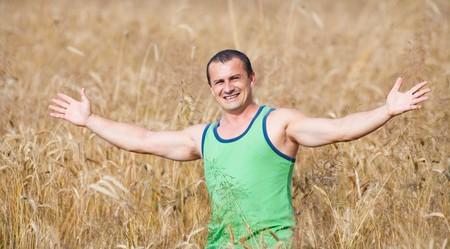 joven agricultor: Retrato de un joven agricultor en su campo de trigo