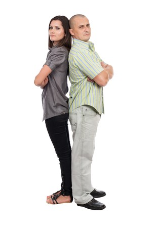 novios enojados: Joven pareja cauc�sicos permanente espalda contra espalda, aislado en blanco