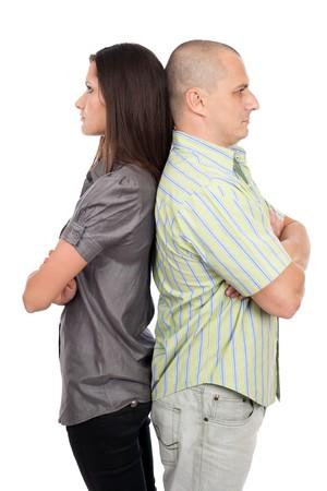 couple fach�: Jeune couple caucasien debout dos � dos, isol�e sur blanc