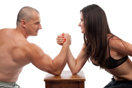 novios enojados: Hombre fuerte y mujer haciendo de lucha libre de brazo aislado en blanco