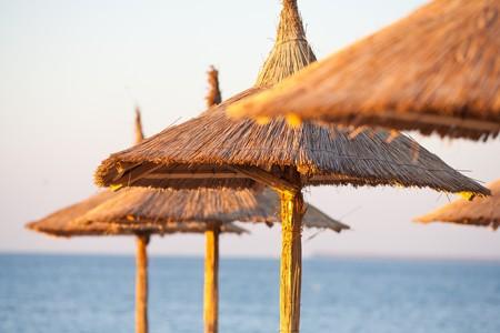 Le matin du paysage avec parasols à lames sur la plage.
