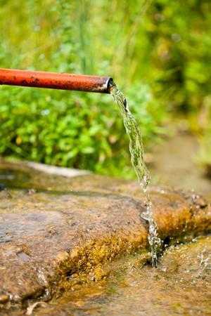Nahaufnahme von einer rostigen alten Wasser Sprinkler in der Landschaft