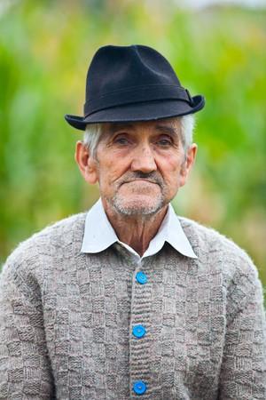 hombre pobre: Antiguo agricultor con sombrero  Foto de archivo
