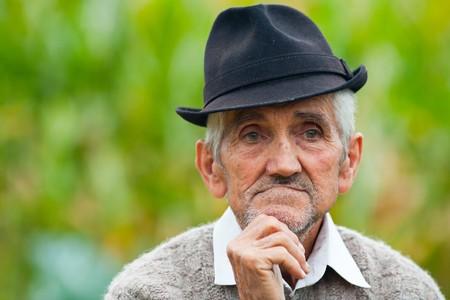 hombre pobre: Retrato de un agricultor viejo arrugado y expresivo al aire libre  Foto de archivo
