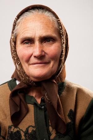 campesino: Retrato de una mujer de edad feliz aislada en blanco