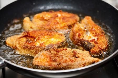 프라이팬에 구운 맛있는 연어 필레 스톡 사진
