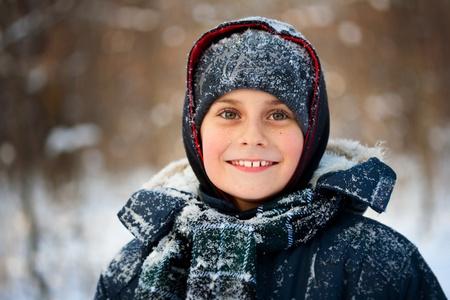 bata blanca: Retrato de closeup de invierno de un ni�o lindo Foto de archivo