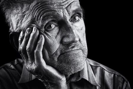 cara triste: Monocromo retrato estilizado de un anciano expresivo Foto de archivo