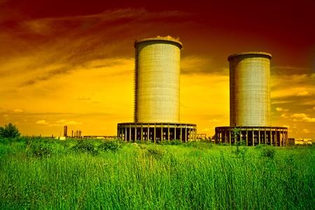 paesaggio industriale: Paesaggio con strutture industriali abbandonate sotto il cielo blu