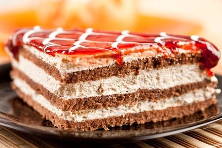 decoracion de pasteles: Detalle de un delicioso cookie en capas en un plato, con DOF superficial