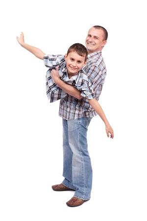 拿着他的儿子的父亲,隔绝在白色背景