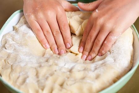 amasando: Manos de un ni�o peque�o amasando masa de pizza o pan