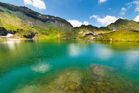 turquesa: Paisaje del lago Balea en Rumania y Fagaras montañas en verano Foto de archivo
