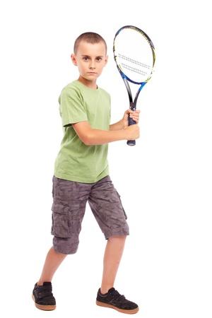 Enfant jouant la formation avec une raquette de tennis de champ, portrait de pleine longueur de studio Banque d'images