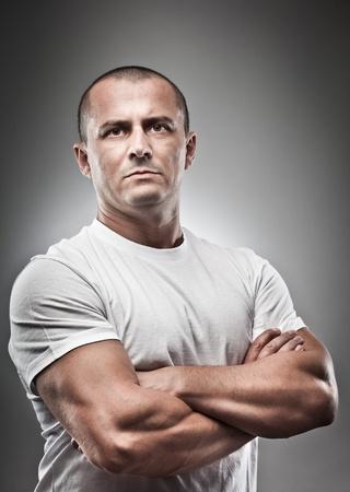 Arte retrato de un hombre amenazante, studio cerca Foto de archivo