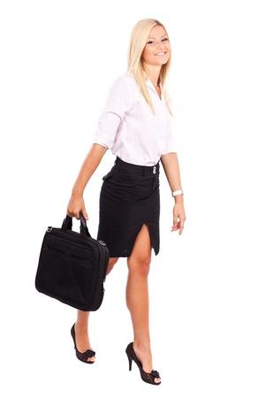 businesswoman suit: Retrato de longitud completa de una empresaria amigable con malet�n aislada sobre fondo blanco