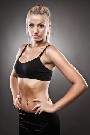 ropa deportiva: Disparo de estudio de una mujer muy en forma atl�tica
