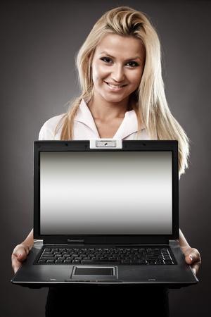 컴퓨터 화면에서 사용할 copyspace와 매력적인 사업가 노트북을 들고 스톡 사진