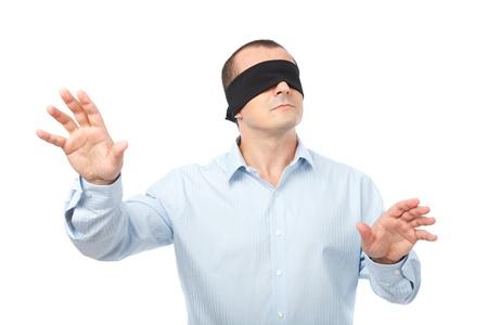 augenbinde: Gesch�ftsmann mit verbundenen Augen streckte seine Arme aus, isoliert auf wei�em Hintergrund