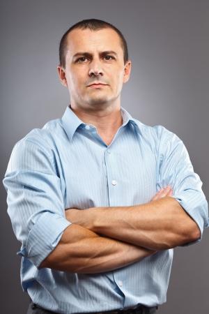 Studio portrait d'une jeune homme d'affaires, les bras croisés Banque d'images