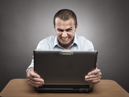 회색 배경에 자신의 노트북에서 화가 사업가의 초상화