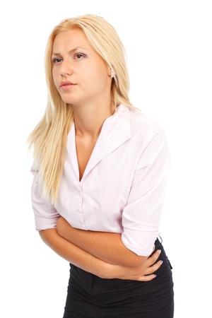 abdominal pain: Giovane donna con forti dolori addominali, isolato su sfondo bianco