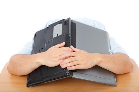 Portrait d'un homme d'affaires épuisé couvrant la tête avec son ordinateur portable Banque d'images