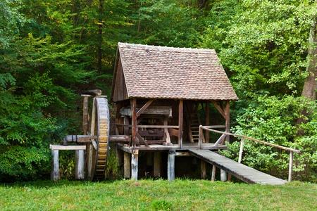 watermill: R�plica de la antigua molino de agua de madera en un prado Foto de archivo