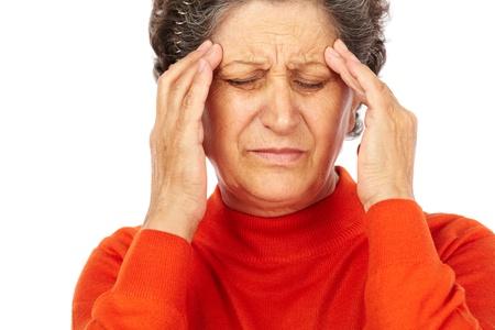 Closeup portrait d'une femme âgée souffrant de migraines isolé sur fond blanc