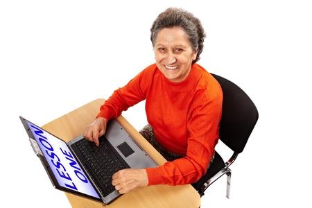 learning computer: Senior woman imparare ad usare il computer, isolato su sfondo bianco