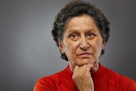 Portrait d'une femme triste hauts profond dans les pensées