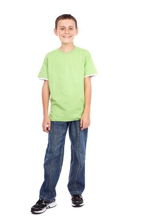 ni�o parado: Retrato de cuerpo entero de un ni�o en la camiseta verde sobre fondo blanco