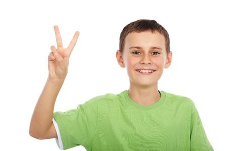 ni�o parado: Lindo chico haciendo se�al de victoria, aisladas sobre fondo blanco