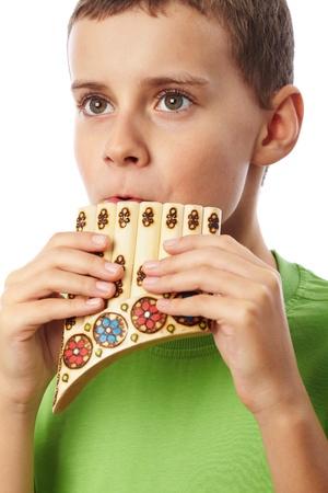 zampona: Muchacho que juega la zampoña, aisladas sobre fondo blanco Foto de archivo