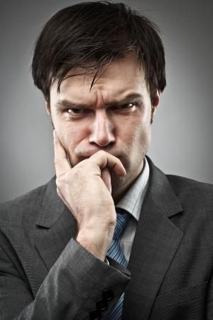 empresario enojado: Hombre de negocios joven con una expresi?n de intensa concentraci?n Foto de archivo