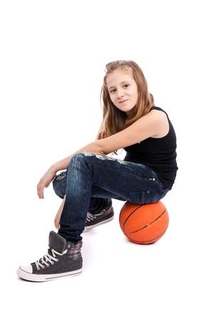 baloncesto chica: Retrato de una ni�a con el baloncesto aisladas sobre fondo blanco Foto de archivo