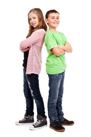 ni�os riendo: Dos hijos espalda con espalda sobre fondo blanco
