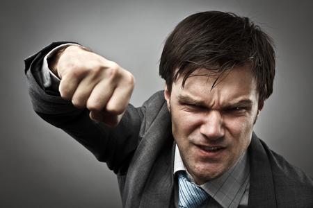 modern fighter: Studio ritratto di un uomo d'affari aggressivo punzonatura