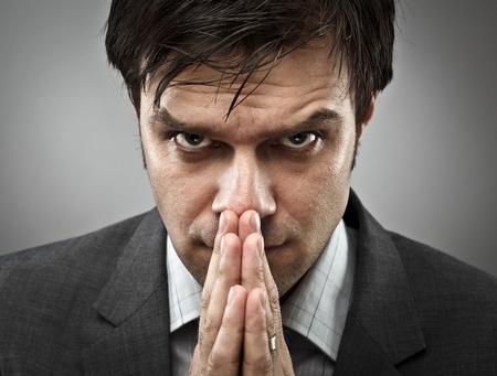 Jeune homme d'affaires avec une expression d'intense concentration