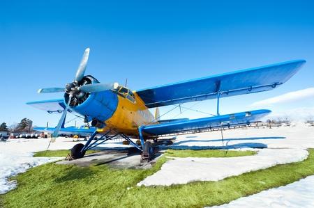 Vieux avions stationnés sur une prairie avec de la neige en une journée ensoleillée Banque d'images