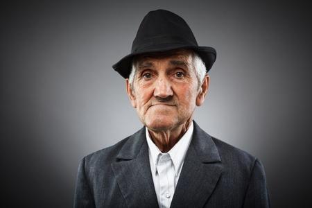 Studio portrait d'un homme expressif vieux