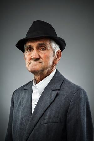 hombre flaco: Estudio de retrato de un anciano expresiva Foto de archivo