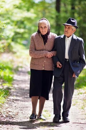 Senior paar wandelen buiten in het park Stockfoto