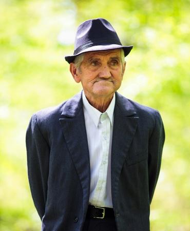 Retrato de un hombre mayor paseando por el bosque