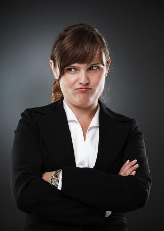 desconfianza: Empresaria con una expresi�n de desconfianza, tiro del estudio
