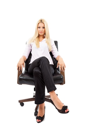 Jeune femme d'affaires blonde dans une chaise isolée sur fond blanc Banque d'images