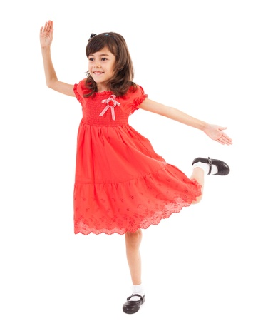 pies bailando: Retrato de cuerpo entero de una niña jugando feliz, aislado en fondo blanco
